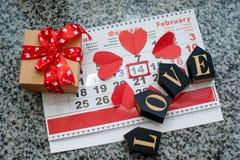 Kalender aan Valentijnskaartendag met rode document harten royalty-vrije stock afbeeldingen