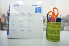 Kalender 2017 auf Bürotisch mit stationärem im Kasten Stockbild