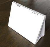 Kalender auf hölzerner Tabelle Lizenzfreie Stockfotos