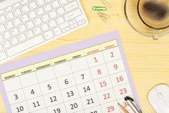 Kalender auf Schreibtisch lizenzfreies stockbild