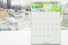 Kalender av mars på kontorsskrivbordet för möte- och tidsbeställningspåminnelse Arkivbild