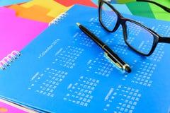Kalender av 2016 på blå bakgrund Arkivfoton
