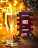 Kalender December 31, exponeringsglas med champagne Arkivbilder