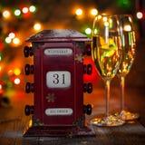 Kalender December 31, exponeringsglas med champagne Arkivbild