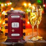Kalender December 31, exponeringsglas med champagne Royaltyfria Bilder