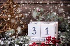 Kalender, decoratieve boom, bessen en takkenbontboom op oud Royalty-vrije Stock Foto
