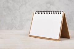Kalender des leeren Papiers auf Holztisch Stockbild