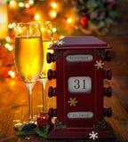 Kalender am 31. Dezember Gläser mit Champagner Stockbild