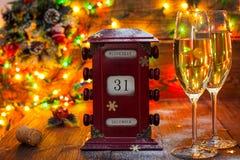 Kalender am 31. Dezember Gläser mit Champagner Stockbilder