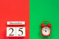 Kalender am 25. Dezember und roter Wecker lizenzfreie stockfotos