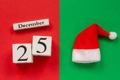 Kalender am 25. Dezember und Sankt-Hut stockfoto