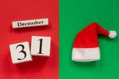 Kalender am 31. Dezember und Sankt-oder Vater-Frost-Hut stockfoto