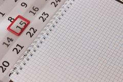 Kalender: die Nr. 15 wird mit roter Grenze markiert stockfotos