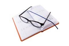 Kalender en glazen Stock Fotografie