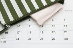 Kalender en menstruatie sanitair zacht katoenen stootkussen Vrouwen kritieke dagen, gynaecologische menstruele cyclus Streepschoo royalty-vrije stock afbeeldingen