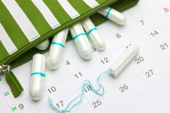 Kalender en menstruatie sanitaire zachte katoenen tampons Vrouwen kritieke dagen, gynaecologische menstruele cyclus Streepschoonh Royalty-vrije Stock Fotografie