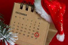 Kalender en omcirkelde Kerstmisdatum op rode achtergrond Stock Foto's