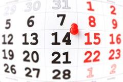 Kalender en rode punaise op 14 Februari. De dag van Valentine Stock Afbeeldingen
