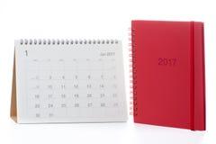 Kalender 2017 en rood notitieboekje Stock Fotografie