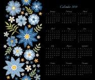 Kalender för 2019 år Veckastarter på söndag Vektormall med den blom- prydnaden av blåa broderade blommor royaltyfri illustrationer