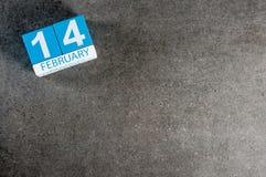 Kalender 14 Februari på mörk bakgrund med tomt utrymme Dag för Februari 14th - St-valentin Royaltyfria Bilder
