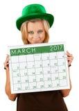 Kalender 2017: Flicka som är klar för dag för marsSt Patrick ` s Royaltyfri Foto