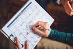 Kalender in handen van psycholoog Royalty-vrije Stock Afbeelding