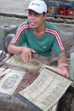 Kalender het verkopen in een dorp van Bali Stock Foto's