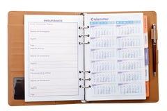 Kalender im Notizbuch mit Stift Stockfoto