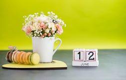 Kalender-am 12. Juni Stillleben mit Blumen und Geschenken Stockfoto