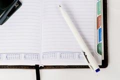 Kalender med en penna Arkivbilder