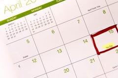 Kalender med en röd ask runt om April 15th Royaltyfri Bild