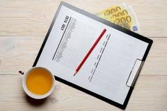 Kalender med pengar på träskrivbordet Royaltyfri Fotografi