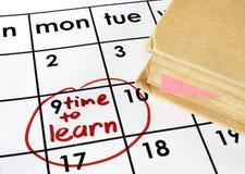 Kalender med tid att lära och boka royaltyfria bilder