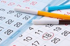 Kalender met een teken van een specifieke dag en gekleurde tellers Royalty-vrije Stock Afbeelding