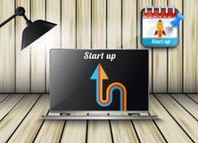 Kalender met laptop met het Opstarten van de tekstbinnenkant Royalty-vrije Stock Fotografie