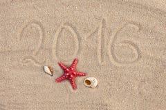 Kalender met zeester en zeeschelpen op zandstrand dekking Royalty-vrije Stock Afbeeldingen