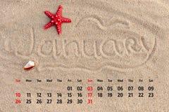 Kalender met zeester en zeeschelpen op zandstrand Januar Stock Afbeelding