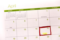 Kalender mit einem roten Kasten gegen 15. April Stockfotografie