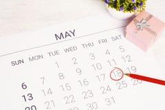 Kalender mit Geschenkbox Stockfoto