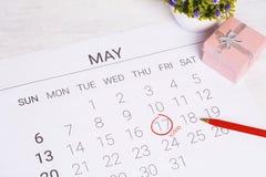 Kalender mit Geschenkbox Lizenzfreie Stockfotos