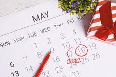 Kalender mit Geschenkbox Lizenzfreie Stockbilder