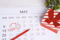 Kalender mit Geschenkbox Stockbild
