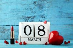 Kalender mit Herzen und Lippenstift Stockfotos