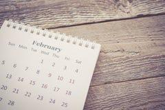 Kalender mit Kopien-Raum auf hölzernem Hintergrund im Weinlese-Ton Lizenzfreies Stockbild