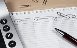 Kalender mit Rechner Stockfotografie