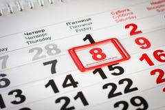 Kalender mit rotem Kennzeichen am 8. März Sohn gibt der Mama eine Blume lizenzfreie stockfotografie