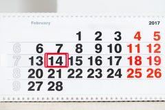 Kalender mit roter Markierung am 14 Valentinsgruß `s Tag Stockbild