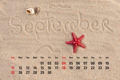 Kalender mit Starfish und Muscheln auf Sand setzen auf den Strand Septem Stockfoto