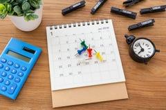 Kalender mit Stiften und Uhr Stockfoto